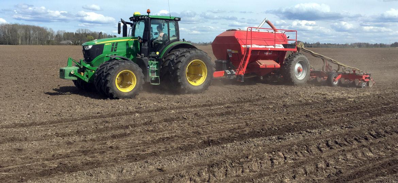 Traktor maisi külvamas